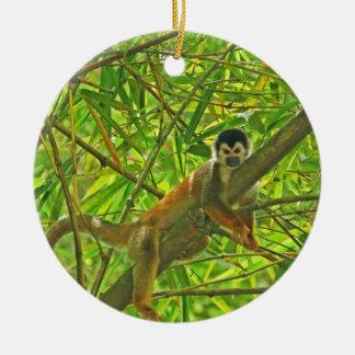 Mono en la selva de bambú adorno navideño redondo de cerámica