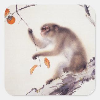 Mono en un árbol de caqui pegatina cuadrada
