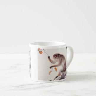 Mono en un árbol de caqui taza espresso