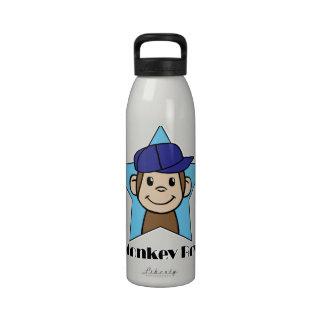 Mono feliz del clip art lindo del dibujo animado e botellas de agua reutilizables