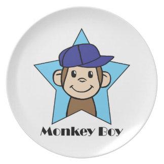 Mono feliz del clip art lindo del dibujo animado platos
