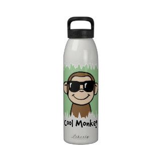 Mono fresco del clip art del dibujo animado con la botellas de beber