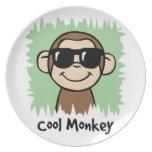 Mono fresco del clip art del dibujo animado con la plato