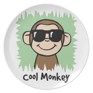 Mono fresco del clip art del dibujo animado con plato