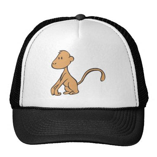 Mono joven sonriente gorras