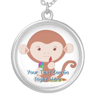 Mono lindo con el collar de los creyones