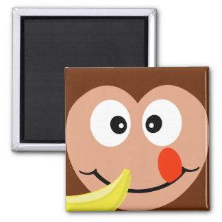 Mono lindo con el imán de la cocina del plátano