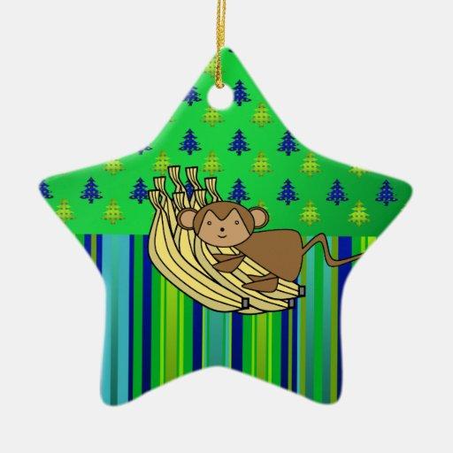 Mono lindo con el ornamento del navidad de los adorno navideño de cerámica en forma de estrella