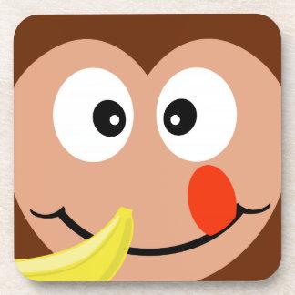 Mono lindo con los prácticos de costa del plátano posavaso