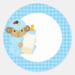 Mono lindo del bebé azul que sostiene una botella pegatina redonda