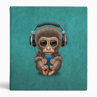 """Mono lindo del bebé con el auricular que lleva del carpeta 1"""""""