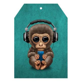 """Mono lindo del bebé con el auricular que lleva del invitación 5"""" x 7"""""""