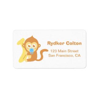 Mono lindo del bebé del dibujo animado con el plát etiqueta de dirección