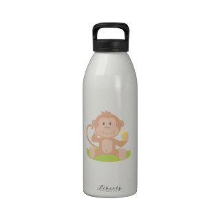 Mono lindo del bebé del dibujo animado que sienta  botellas de agua reutilizables