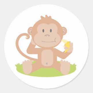 Mono lindo del bebé del dibujo animado que sienta pegatina redonda