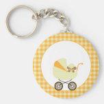 Mono lindo del bebé en carro amarillo llavero