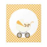 Mono lindo del bebé en gorra de béisbol amarilla bloc