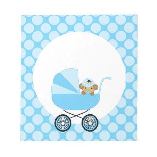 Mono lindo del bebé en un carro azul blocs de notas