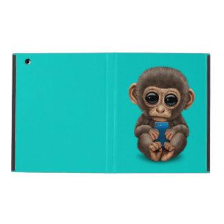 Mono lindo del bebé que sostiene un teléfono iPad funda