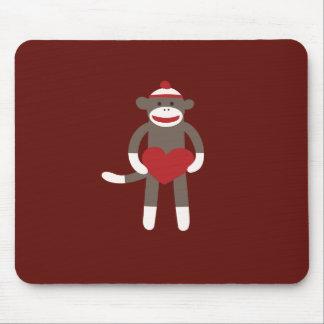 Mono lindo del calcetín con el gorra que lleva a c alfombrillas de ratón