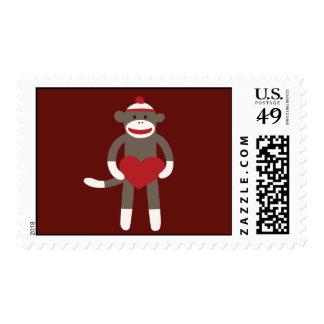 Mono lindo del calcetín con el gorra que lleva a c