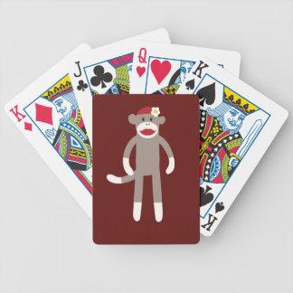 Mono lindo del calcetín del chica en rojo baraja cartas de poker