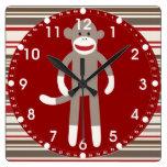 Mono lindo del calcetín en rayas rojo marrón del c relojes de pared