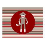 Mono lindo del calcetín en rayas rojo marrón del c tarjeta postal