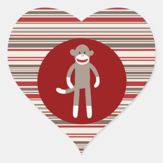 Mono lindo del calcetín en rayas rojo marrón del pegatina en forma de corazón