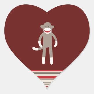 Mono lindo del calcetín en rojo con las rayas pegatina en forma de corazón