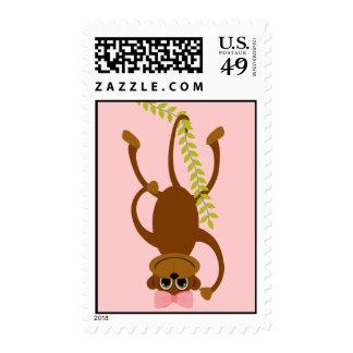 Mono lindo del chica con el arco rosado en vid de timbres postales