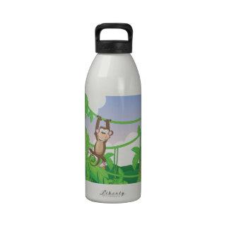 Mono lindo del dibujo animado que balancea en un á botellas de agua reutilizables