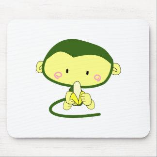 Mono lindo del dibujo animado que come un plátano tapetes de ratones