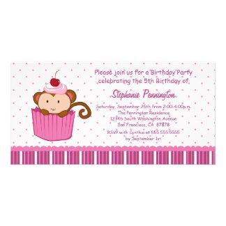 Mono lindo en una invitación de la fiesta de cumpl tarjetas fotograficas personalizadas