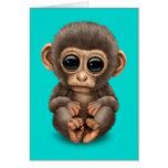 Mono lindo y curioso del bebé en azul tarjeton