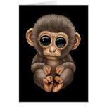Mono lindo y curioso del bebé en negro felicitación