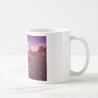 mono puesta del sol del lago taza de café