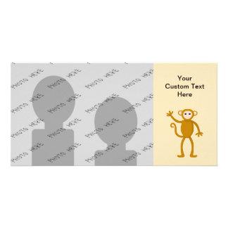 Mono que agita tarjetas fotográficas personalizadas