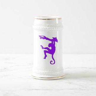 Mono que balancea en dibujo animado de la silueta jarra de cerveza