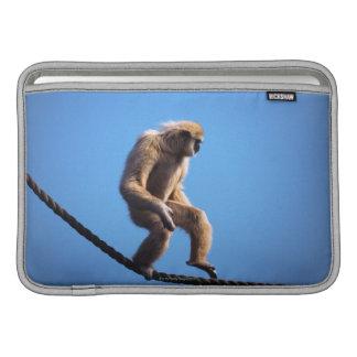 Mono que camina en cuerda fundas macbook air