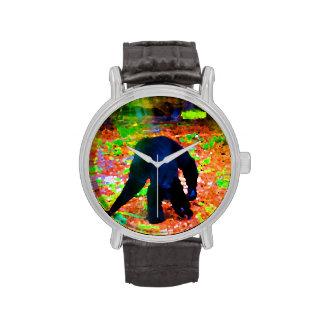 mono que camina lejos blots.jpg colorido reloj