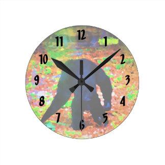 mono que camina lejos blots.jpg colorido reloj redondo mediano