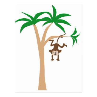 Mono que cuelga en el árbol tarjeta postal