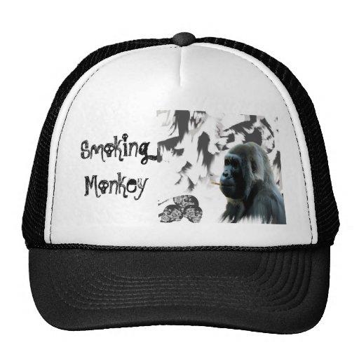 Mono que fuma gorro de camionero