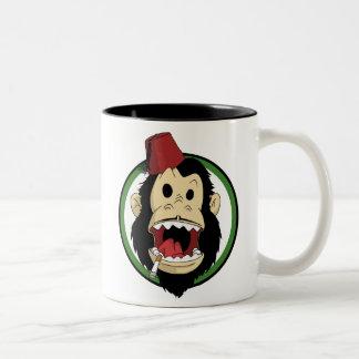 mono que fuma taza de dos tonos