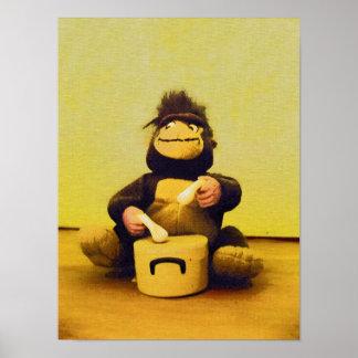 Mono que juega el poster de los tambores