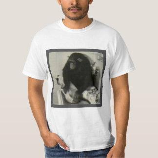 Mono que lava un gato remera