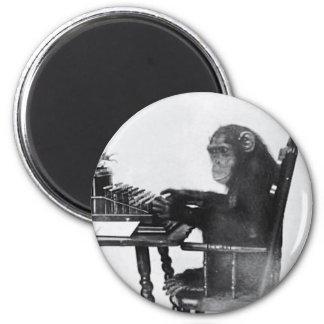 Mono que mecanografía imán de frigorifico