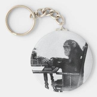 Mono que mecanografía llavero redondo tipo pin
