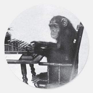 Mono que mecanografía pegatina redonda
